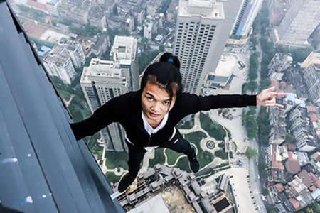 Un alpinista urbano cae al vacío desde lo alto de un edificio de 62 pisos