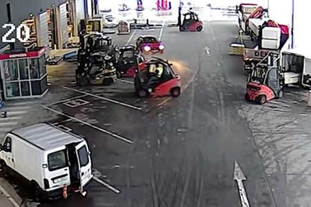 Trabajadores rodean con sus montacargas a un grupo de ladrones en un almacén checo