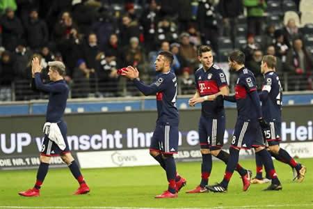 El Bayern ganó en Fráncfort con gol de Vidal y es campeón de otoño