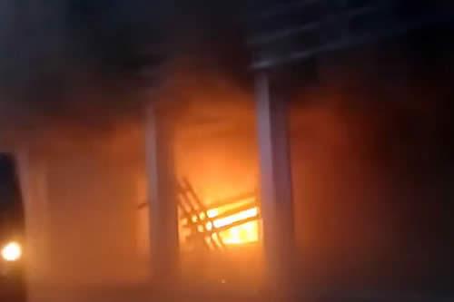 Prenden fuego al edificio del Tribunal Electoral de Santa Cruz