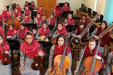 Primera orquesta de mujeres afganas toca en Davos con mensaje de emancipación