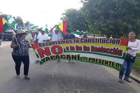 Mujeres bloquean carretera Santa Cruz-Cochabamba