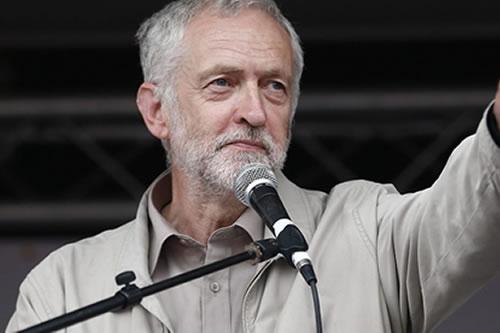 """Corbyn acusa a May de """"dejar correr el reloj temerariamente"""" en el """"brexit"""""""