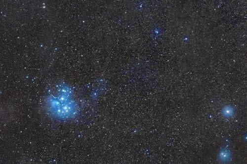Captan un cometa, una nebulosa, un meteoro y Pléyades, en una sola imagen