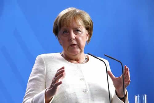 """Merkel alerta que UE debe dar solución unitaria y no """"unilateral"""" a migración"""