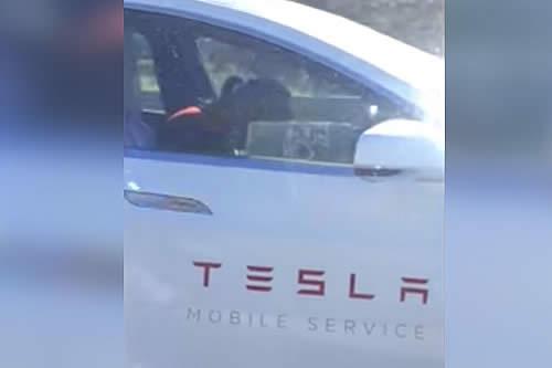 Un empleado de Tesla parece quedarse dormido al volante con el piloto automático en marcha