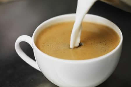 La ciencia detrás de un café con leche puede aplicarse a otros materiales