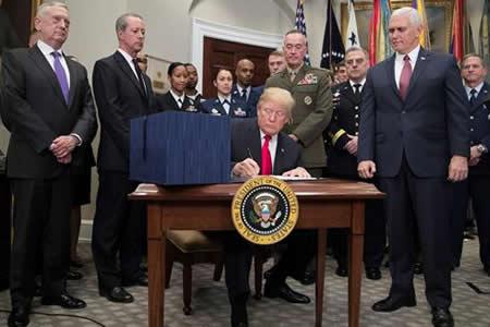Trump firma presupuesto militar 2018 con más fondos para Afganistán y Siria