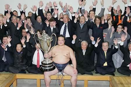 """Un japonés, """"gran campeón"""" de sumo por primera vez en 19 años"""