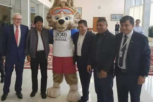 Morales llega a Rusia y juega a la pelota con Zabivaka
