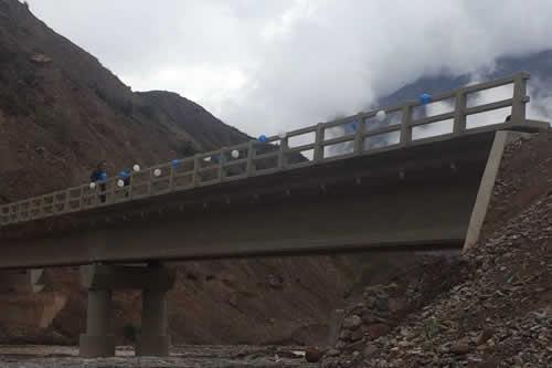 García Linera entrega puente Bamabaru Callaviri en Luribay con una inversión superior a Bs 2 millones