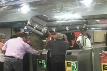 Un ataúd 'viaja' por el metro de la Ciudad de México