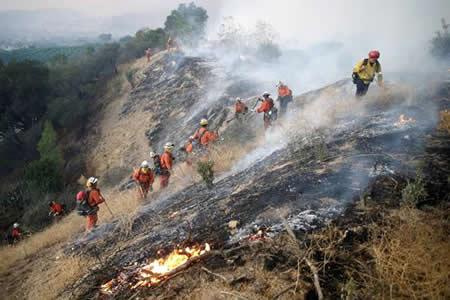 Bomberos contienen 25 por ciento del incendio más grave del sur de California