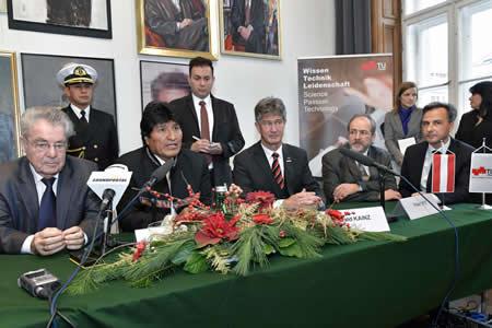 Morales se encuentra con Fischer antes de suscribir convenios de cooperación universitaria