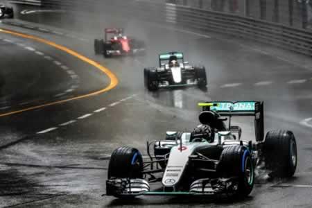 Hamilton apuesta y gana en Mónaco, ayudado por el error de Red Bull