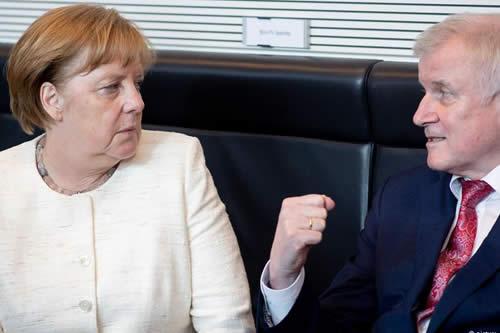 Diferencias en política de asilo amenazan Gobierno de Merkel