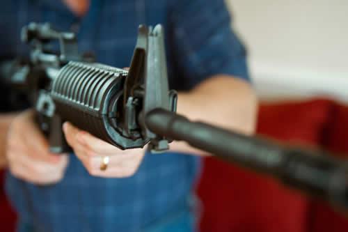 Un hombre con fusil de asalto y chaleco antibalas espanta a una madre con dos hijos