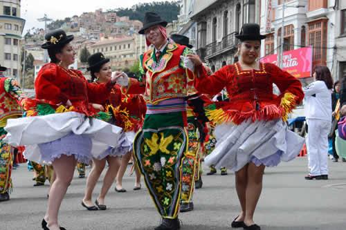 Danzarines y grupos autóctonos de ocho países del mundo derrocharon alegría y color en La Paz
