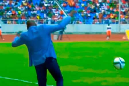 Espectacular caída del seleccionador de Zambia al intentar dominar la pelota