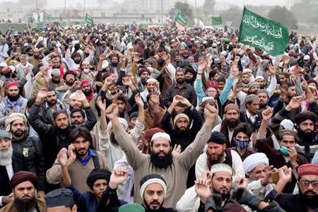 Cánticos, acampadas y caos en favor de los castigos por blasfemia en Pakistán