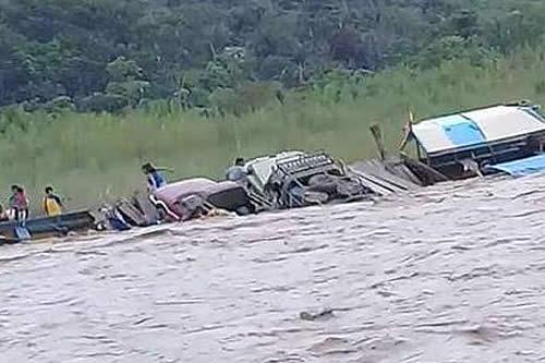 Una embarcación que llevaba vehículos naufraga en Mapiri