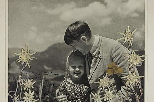 """""""La hija del Fuhrer"""": EE.UU. subasta una foto de Hitler abrazando a una niña judía"""