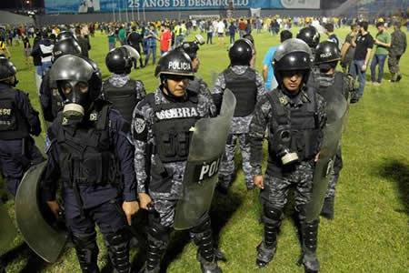 Árbitro desata batalla campal en partido por semifinal del Apertura hondureño