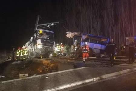 Cuatro niños muertos y 11 heridos por colisión de tren y bus escolar francés