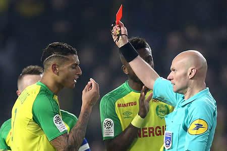Un árbitro da una patada a un futbolista y lo expulsa