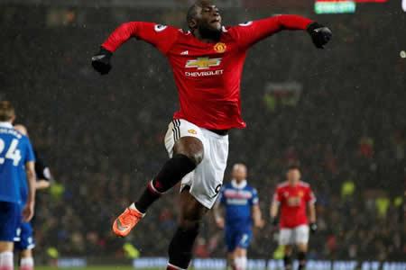 El United gana 3-0 al Stoke y se acerca a 12 puntos del City