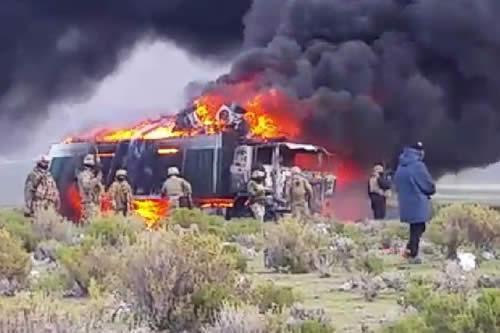 Queman camiones de contrabando en medio de enfrentamiento en Pisiga