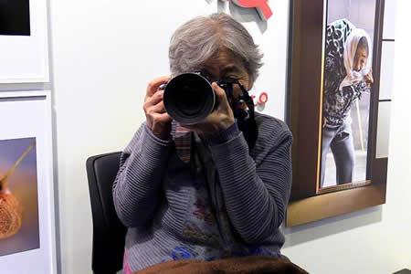 Los divertidos selfis de una abuela nipona de 89 años se exponen en Tokio