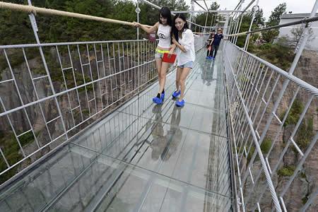 Broma infartante: Puente colgante de cristal se fractura justo bajo los pies de un turista