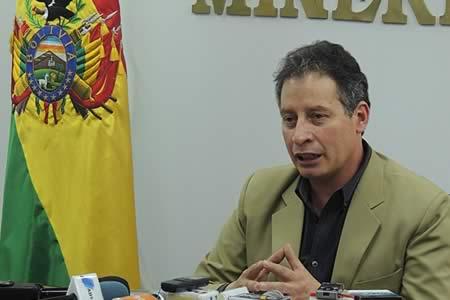 Ministro de Minería alista informe en detalle para su interpelación en el Legislativo