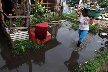 Miles de vecinos de Asunción luchan contra el agua tras crecida río Paraguay