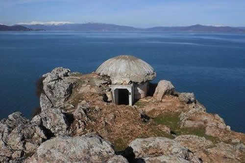 Un pueblo de Albania reza en un búnker del comunismo convertido en iglesia