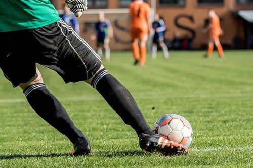 Un futbolista rumano mete un gol y se convierte en su propio espectador