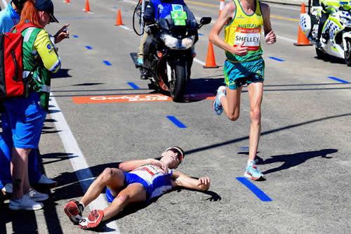 Corredor se desmaya al final del maratón y los espectadores sacan fotos en vez de ayudarle
