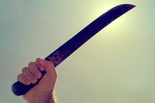 Un niño de 11 años repele a tres ladrones en su casa y hiere a uno con un machete