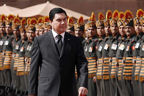 El presidente de Turkmenistán practica el tiro al blanco montado en bicicleta