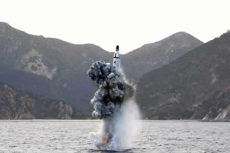 Corea del Norte vuelve a lanzar sin éxito misil de medio alcance, según Seúl