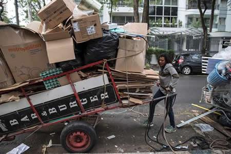 El reciclaje en Brasil, en manos de mujeres con 400 kilos de basura a cuestas