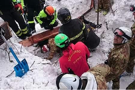 Hallan 10 supervivientes en hotel sepultado en Italia, de ellas cuatro niños