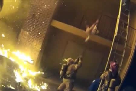 Un heroico bombero atrapa a un bebé arrojado desde un edificio en llamas