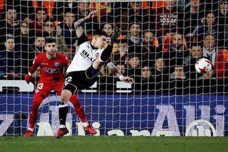 El Valencia remonta ante un gran Alavés y deja la eliminatoria abierta