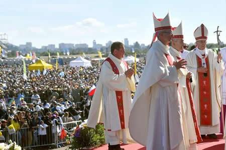 Obispo acusado de encubrir abusos volvió a concelebrar misa con el papa