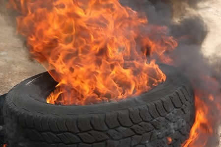 Hombre muere calcinado en el fuego que prendió a una llanta