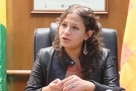 Campero pide a médicos ya 'no meter más leña al fuego' sino abrir hospitales