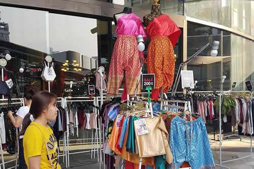 La fiebre por una telenovela viste a los tailandeses con ropas tradicionales