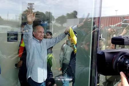 """Opositor Ledezma pide a venezolanos """"no perder ánimo"""" tras escapar a Colombia"""